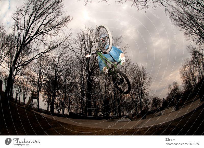 der letzte macht das licht aus dunkel Stil Sport springen Park Aktion Fahrrad gefährlich bedrohlich Coolness Funsport Extremsport Air