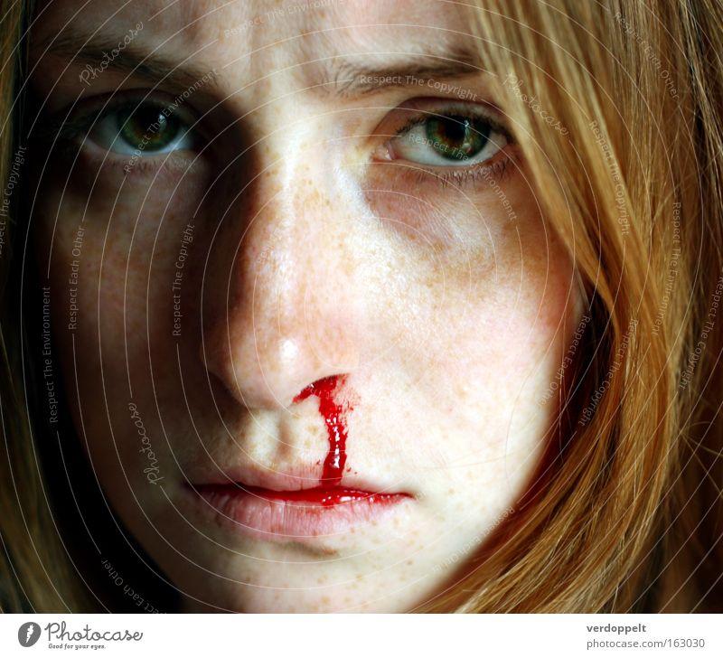 >:-''/ Porträt Frau Blut Nase Sommersprossen Gefühle Auge Gesicht rot Druck Mensch Gesundheit Nasenbluten Stirnrunzeln Blick