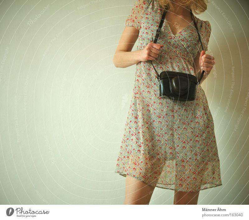 Ich knips mir eine... Frau Hand Frühling Beine Mode Fotografie Bekleidung Kleid Tasche