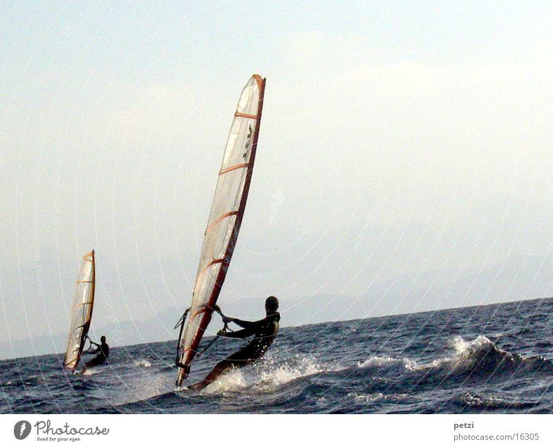 Zwei Surfer Meer Sport 2 Wellen Wind Leidenschaft Wasserfahrzeug Strommast Segel Gischt unruhig Surfbrett