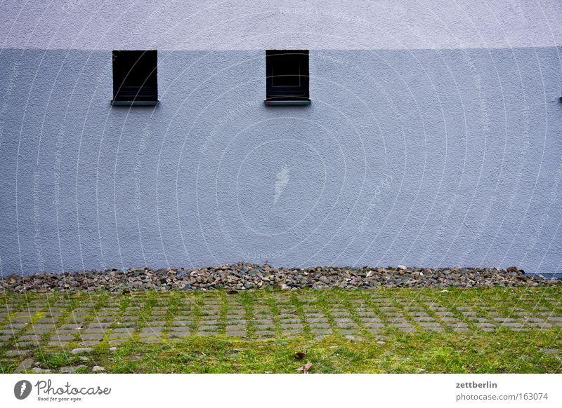 Zwei Fensterchen Haus Fenster Gebäude paarweise Aussicht Häusliches Leben Partnerschaft Parkplatz Nachbar himmelblau nebeneinander