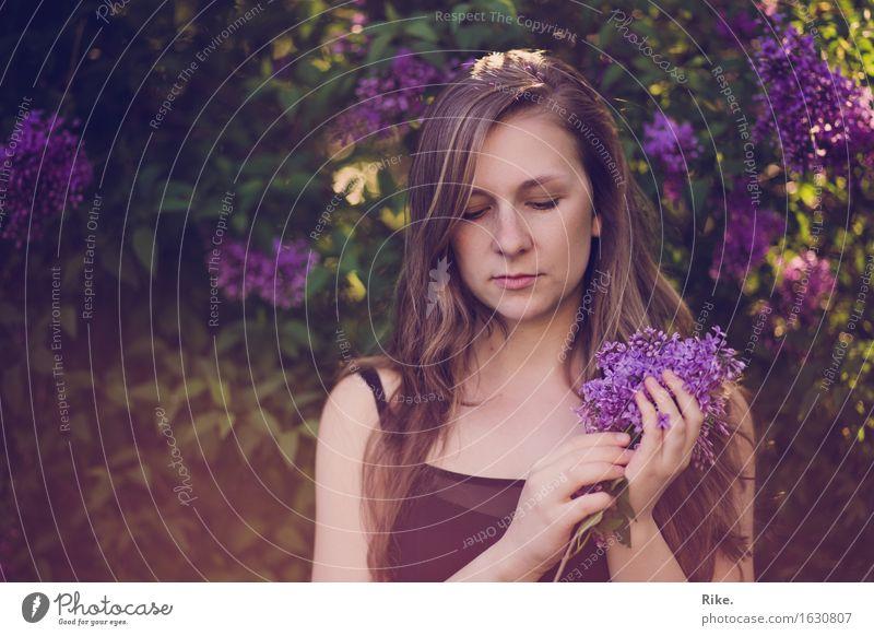 Ein wenig Romantik. Mensch feminin Junge Frau Jugendliche Erwachsene 1 18-30 Jahre Umwelt Natur Pflanze Sommer Blume Sträucher Blüte Fliederbusch Garten Park