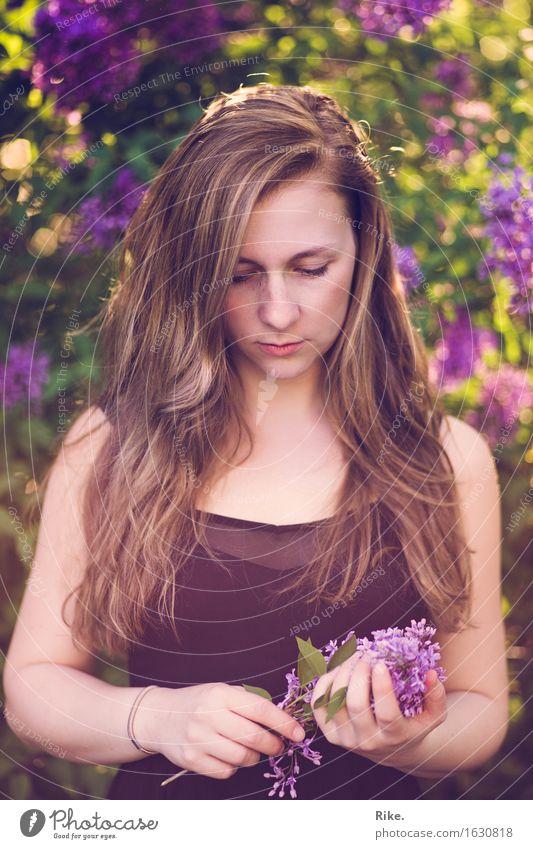 Sommererinnerung. Mensch Natur Jugendliche Pflanze schön Junge Frau Blume 18-30 Jahre Erwachsene Umwelt Blüte Gefühle natürlich feminin Gesundheit