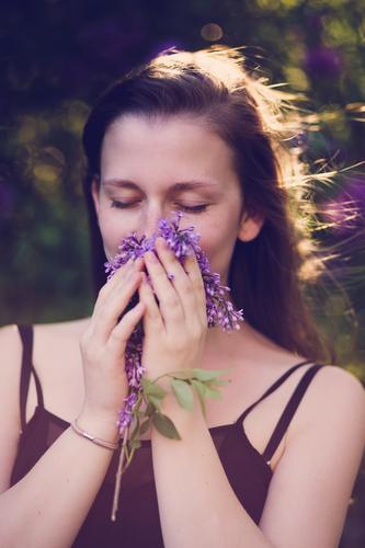 Der Duft des Flieders. Mensch Frau Natur Jugendliche Pflanze schön Sommer Junge Frau Erholung ruhig 18-30 Jahre Erwachsene Umwelt Blüte Frühling feminin