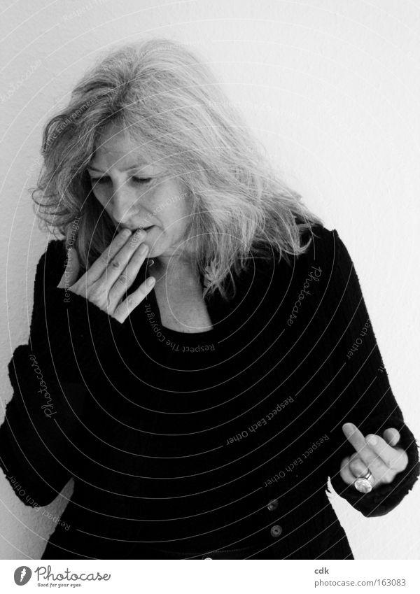 ups Frau Hand Finger gestikulieren Gesichtsausdruck attraktiv sprechen Gefühle Bewegung 50 plus Schwarzweißfoto Denken betroffen Best Ager