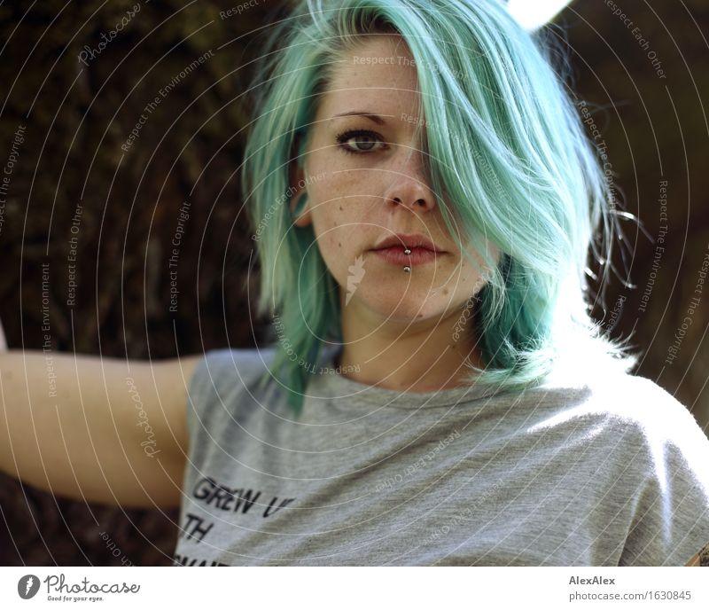 alles im grünen bereich Stil schön Leben Junge Frau Jugendliche Haare & Frisuren Gesicht 18-30 Jahre Erwachsene Natur Schönes Wetter Wald T-Shirt Piercing