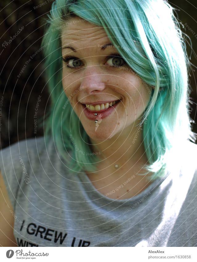 Wirklich? Freude Junge Frau Jugendliche Haare & Frisuren Gesicht 18-30 Jahre Erwachsene Schönes Wetter Baum Piercing langhaarig Kommunizieren Lächeln lachen