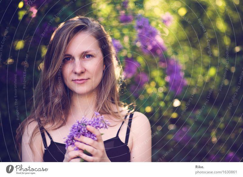Fliedersommer. Gesundheit Wellness Sinnesorgane Duft Mensch feminin Junge Frau Jugendliche 1 18-30 Jahre Erwachsene Umwelt Natur Pflanze Sommer Schönes Wetter