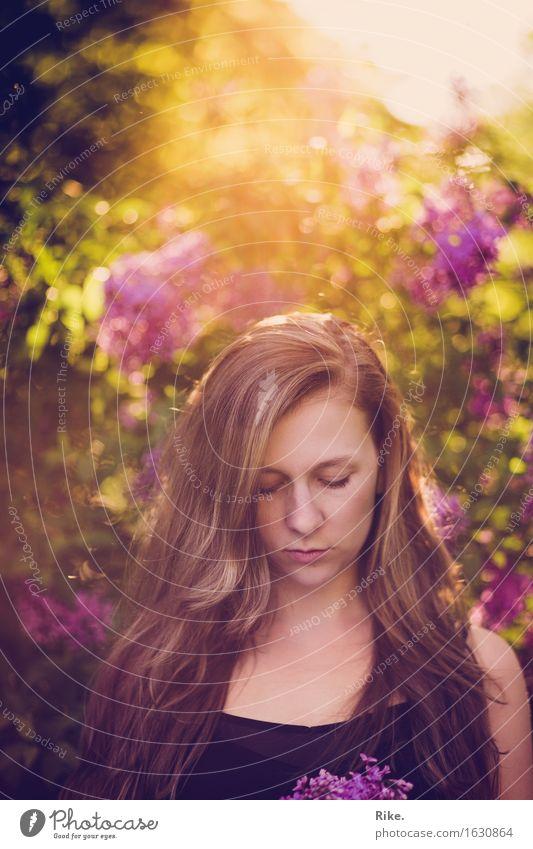 Träumen. Mensch Natur Jugendliche Pflanze schön Sommer Junge Frau Erholung 18-30 Jahre Erwachsene Umwelt Frühling natürlich feminin Gesundheit Garten