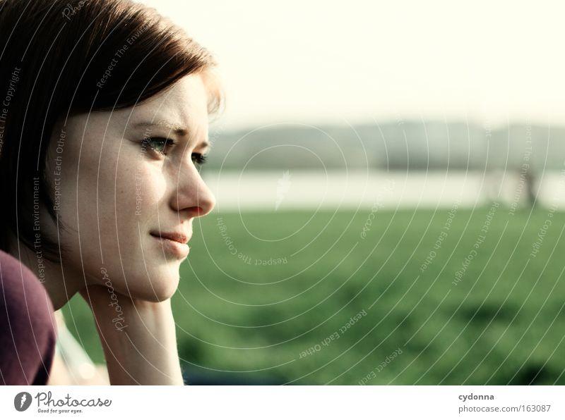 [DD|Apr|09] Gedankenfängerin Frau Mensch Natur schön grün Ferne Wiese Frühling Freiheit Denken Zeit Wunsch Sehnsucht natürlich Konzentration nachdenklich