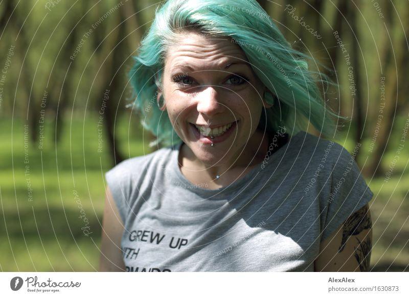 Waldnixe Ausflug Junge Frau Jugendliche Haare & Frisuren Gesicht 18-30 Jahre Erwachsene Natur Landschaft Sommer Schönes Wetter Baum T-Shirt Piercing langhaarig