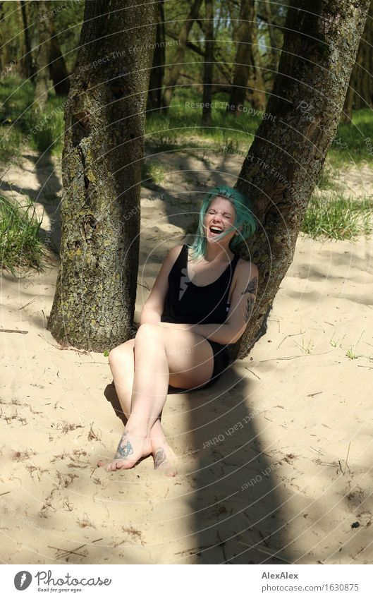 Sommer macht Freude Erholung Ausflug Junge Frau Jugendliche Körper Beine 18-30 Jahre Erwachsene Natur Schönes Wetter Baum Sträucher Wald Kleid Barfuß Sand