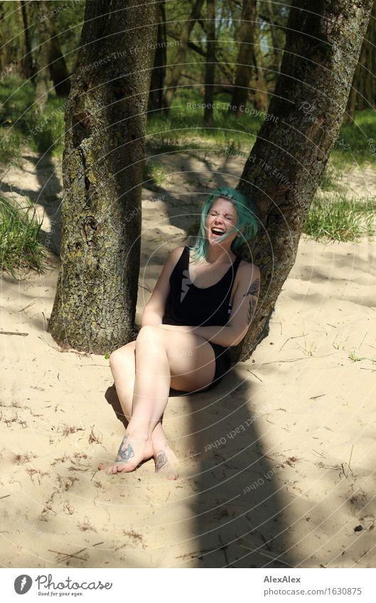 Sommer macht Freude Natur Jugendliche schön Junge Frau Baum Erholung Wald 18-30 Jahre Erwachsene natürlich feminin Beine lachen Glück