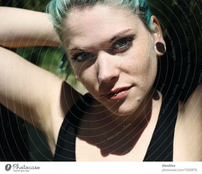 nah Stil schön Leben Junge Frau Jugendliche Gesicht 18-30 Jahre Erwachsene Schönes Wetter Piercing Schmuck langhaarig türkis Blick ästhetisch authentisch