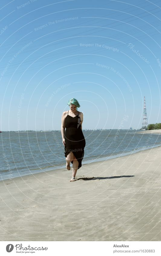 Elbstrand Freude Erholung Ausflug Sommerurlaub Strand Junge Frau Jugendliche 18-30 Jahre Erwachsene Landschaft Sand Wasser Wolkenloser Himmel Schönes Wetter