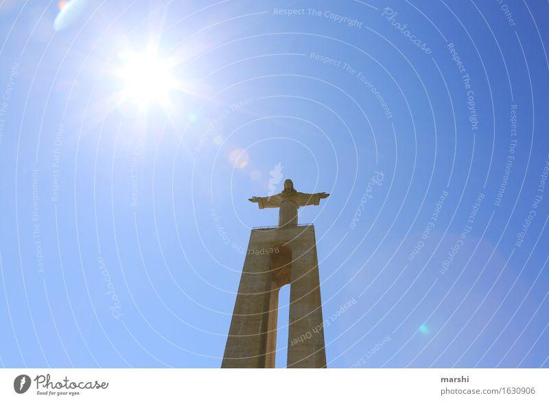 über allem... Religion & Glaube Denken Statue Lissabon Jesus Christus Sehenswürdigkeit hoch Höhe Gegenlicht Sonne hell strahlend Olivenbaum Portugal Christentum