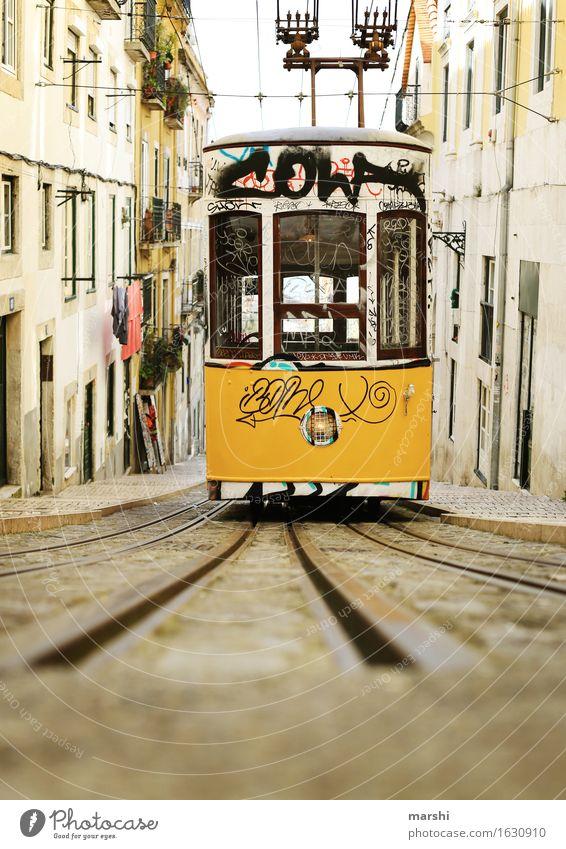 Tram alt schön Straße Graffiti Wege & Pfade Stimmung Verkehr Güterverkehr & Logistik Hauptstadt Stadtzentrum Altstadt Verkehrswege altehrwürdig Nostalgie