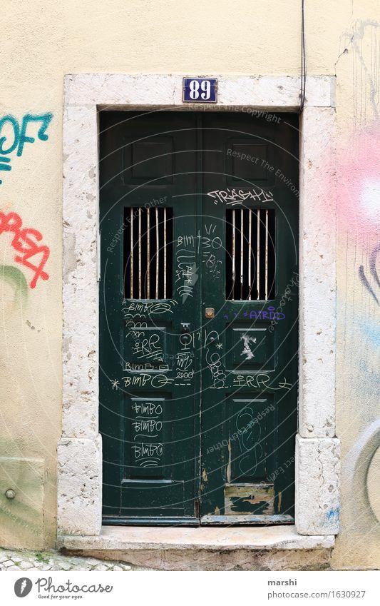 Nummer 89 Haus Mauer Wand Fassade Tür Namensschild Stimmung Lissabon Hausnummer schäbig Graffiti charmant Häusliches Leben Eingangstür Hauseingang