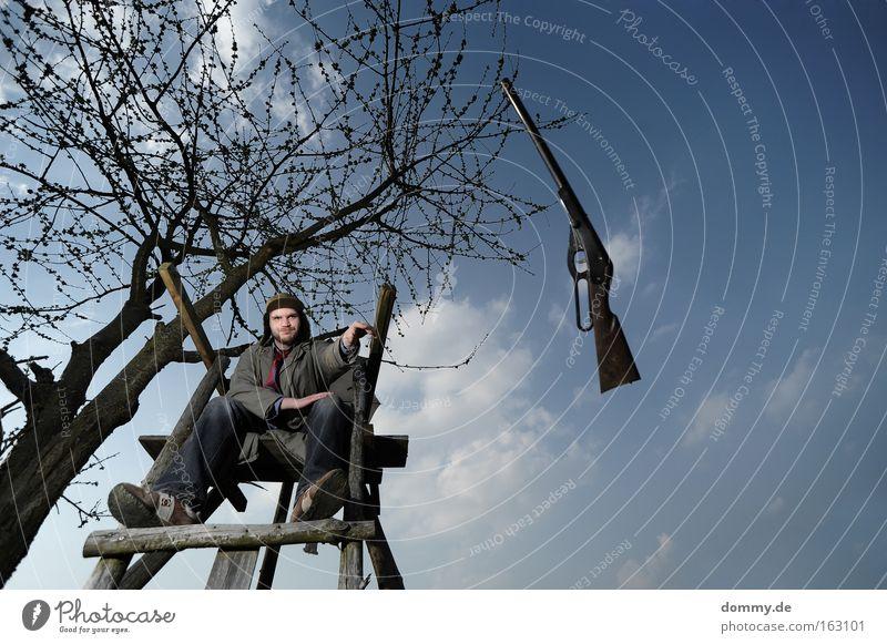 wer wird denn gleich... Flinte Getreide resignieren Mann Gewehr Hochsitz Baum schlecht Laune genervt Jäger Trenchcoat werfen kapitulieren Trauer Verzweiflung