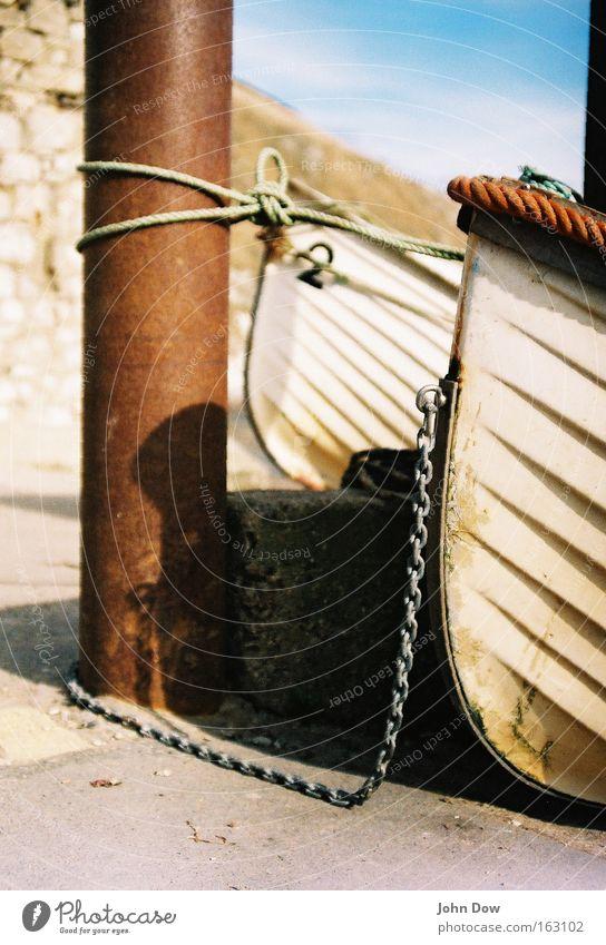 Zusammen ist man weniger allein Ferien & Urlaub & Reisen weiß Meer Küste Wasserfahrzeug 2 Seil Sicherheit Seeufer Hafen Fernweh Rost Schifffahrt Kette Säule