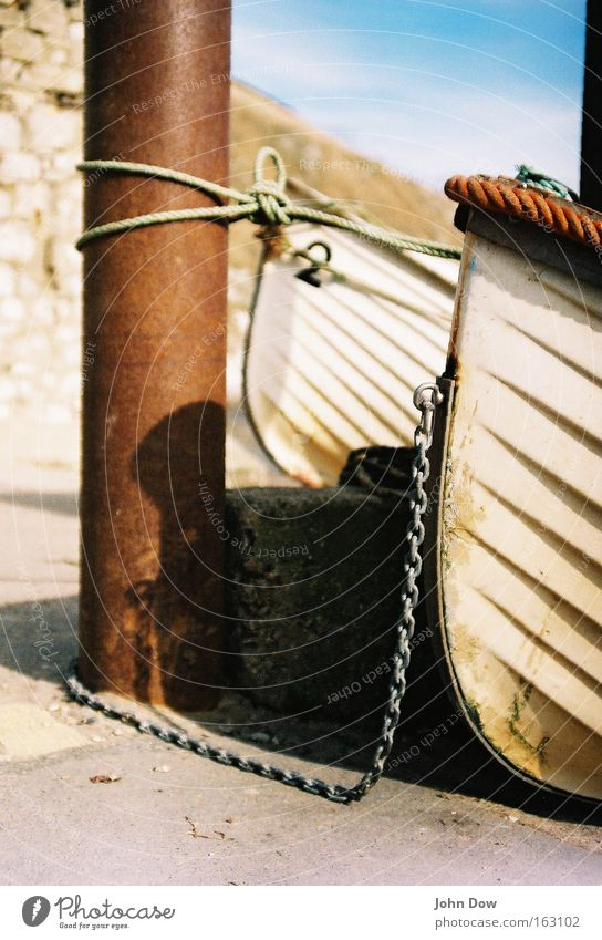 Zusammen ist man weniger allein Ferien & Urlaub & Reisen weiß Meer Küste Wasserfahrzeug 2 Seil Sicherheit Seeufer Hafen Fernweh Rost Schifffahrt Kette Säule Fischereiwirtschaft