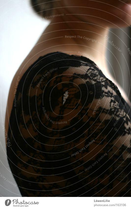 Spitzenschulter Frau schwarz Rücken Hautfalten Hals Kinn