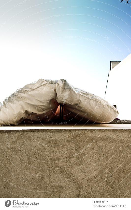 Lüften lüften Luft Bettwäsche Bettdecke Federbett Balkon frisch Himmel Haus Stadthaus Häusliches Leben frau holle berliner luft