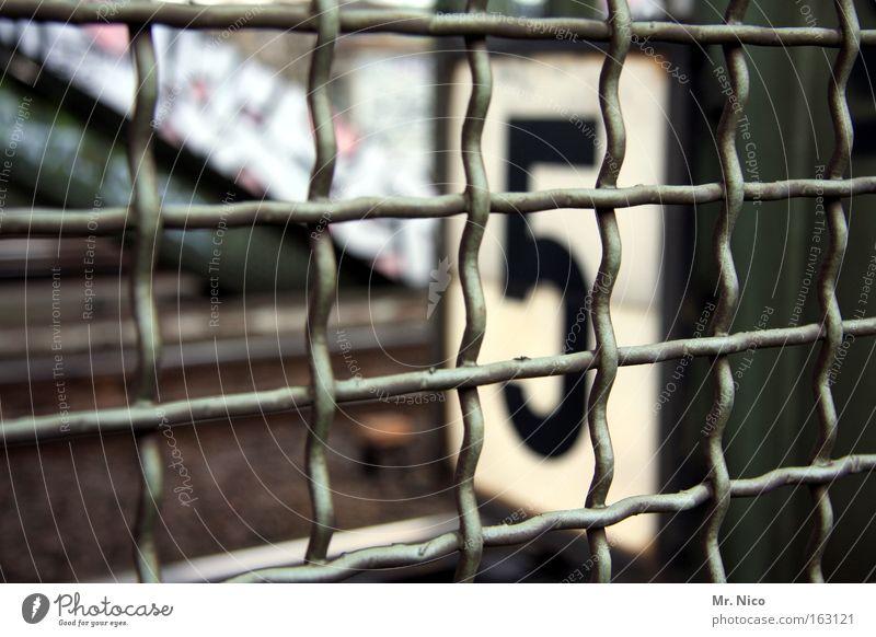 #5# geschlossen Sicherheit Brücke bedrohlich Ziffern & Zahlen Gleise Quadrat 5 Bahnhof Zaun Barriere Draht Raster Gitter Käfig