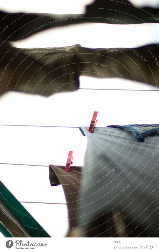Aufgehangen Himmel Mode Bekleidung T-Shirt festhalten Perspektive Wäsche Wäscheleine Klammer Halt Haushaltsführung Sauberkeit rein frisch trocken trocknen