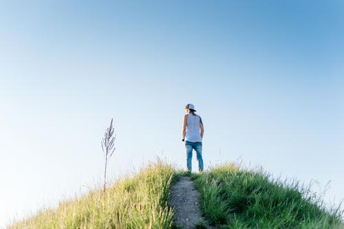 On a hill Lifestyle Stil Wohlgefühl Sinnesorgane Erholung ruhig Meditation Abenteuer Ferne Freiheit Mensch feminin Junge Frau Jugendliche Leben 1 18-30 Jahre