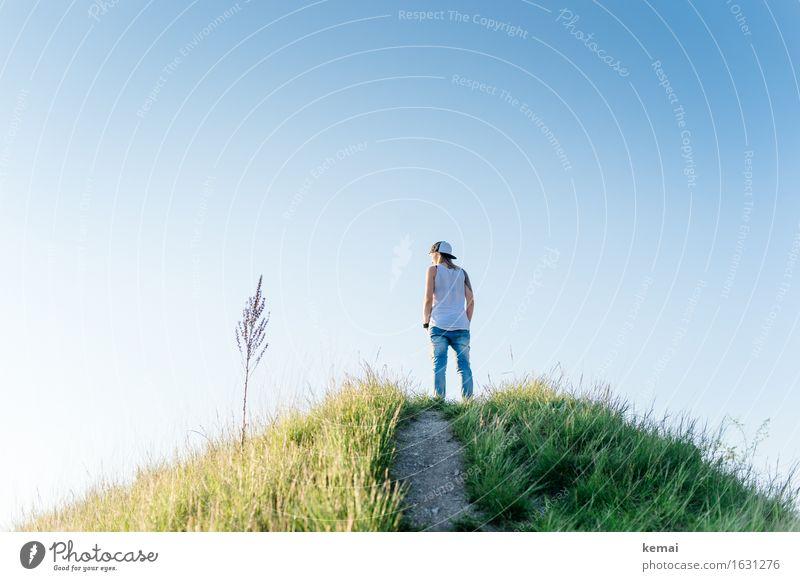 On a hill Mensch Natur Jugendliche Pflanze blau Sommer Junge Frau Erholung ruhig Ferne 18-30 Jahre Erwachsene Wärme Leben Lifestyle feminin