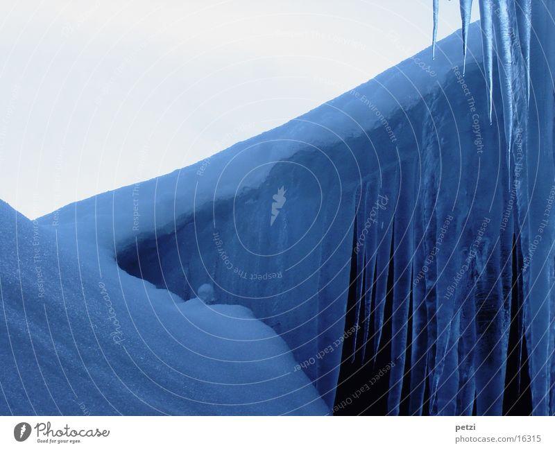 Zeit der Kälte Himmel blau Haus kalt Schnee Eis Frost Dach Eiszapfen
