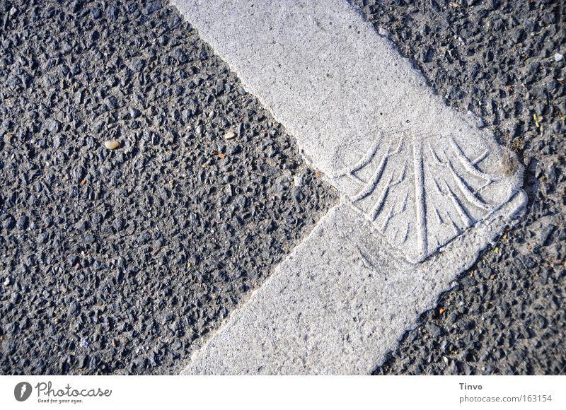 profiliert einfach Pfeil Verkehrswege Fußspur Straßenbelag Reifenprofil Verbundenheit rau Reifenspuren Fahrbahnmarkierung profilieren