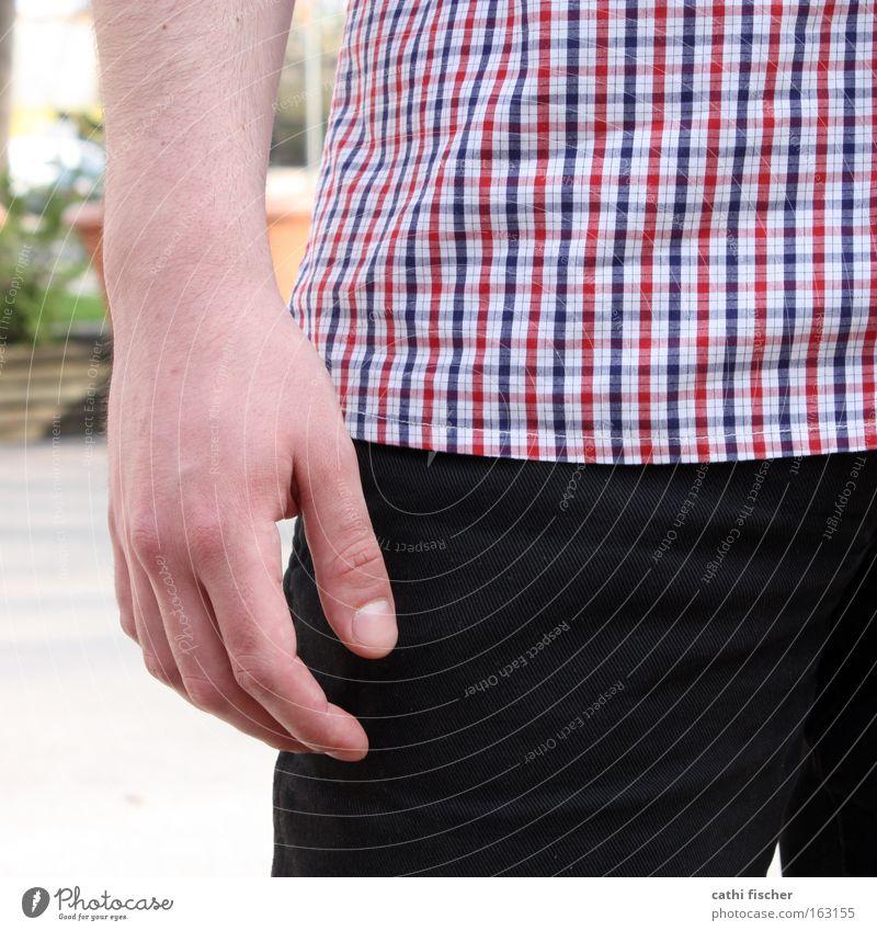 hand im quadrat Mann blau Hand weiß rot schwarz Finger Bekleidung Hose Hemd kariert Fingernagel Hüfte