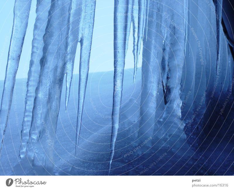 Eiszeit weiß blau Winter kalt Schnee Dach gefroren Eiszapfen Dachrinne