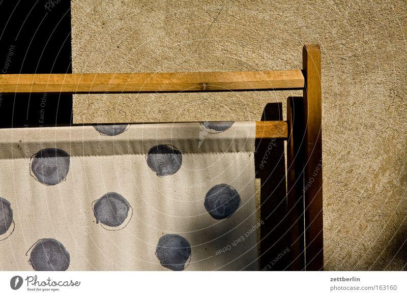 Liegestuhl Balkon Loggia faulenzen Campingstuhl Klappstuhl Stoff Textilien Muster Punkt Design ruhig Pause Erholung Freizeit & Hobby Möbel Häusliches Leben
