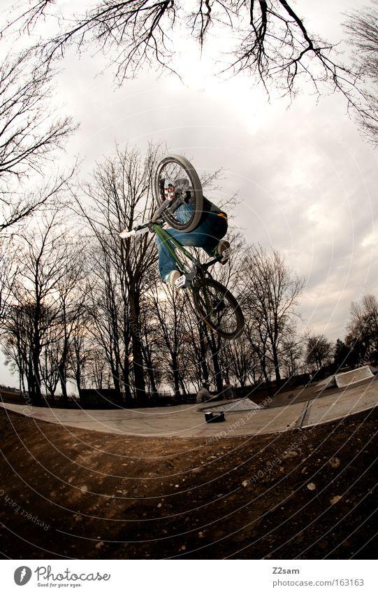 der letzte macht das licht aus Park Aktion Funsport Sport dunkel bedrohlich gefährlich Stil Coolness springen Mann Fahrrad dirt Air Trick Jump