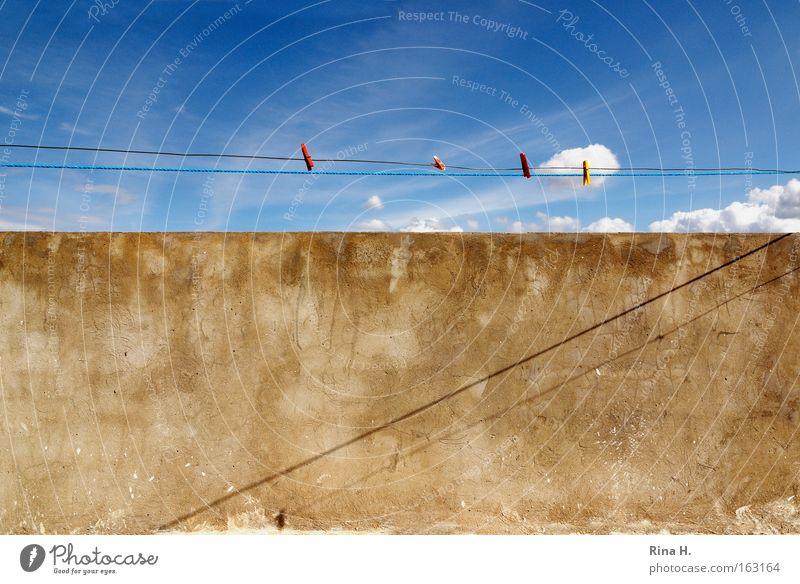 Keine Wäsche auf der Leine Farbfoto Außenaufnahme abstrakt Muster Menschenleer Schatten Kontrast Sonnenlicht Weitwinkel Sommer Himmel Wolken Mauer Wand Stein