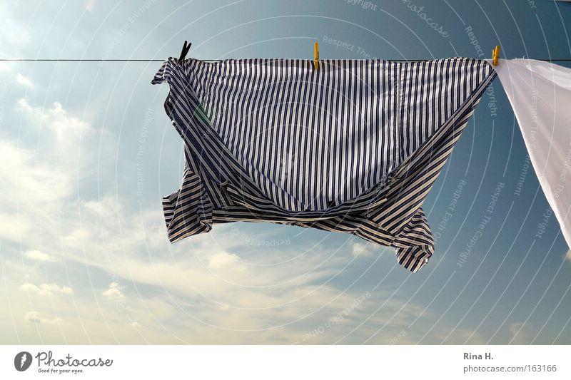 Wäsche auf Leine II Farbfoto Außenaufnahme Detailaufnahme Menschenleer Morgen Licht Sonnenlicht Weitwinkel Freude Glück Sommer Himmel Wolken Wind Bekleidung