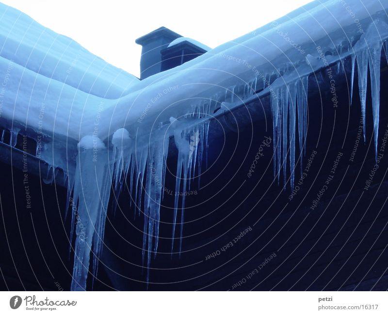 Eiszapfenzeit blau Haus kalt Schnee Dach Schornstein Regenrinne