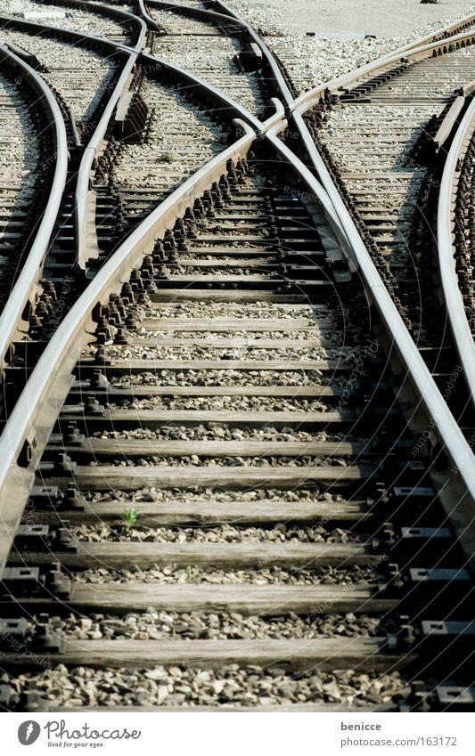 Du hast die Wahl Gleise Eisenbahn Stahl Abzweigung Entscheidung Wege & Pfade wählen Wahlen besitzen verzweigt Hochformat mehrere Bahnhof verweigung