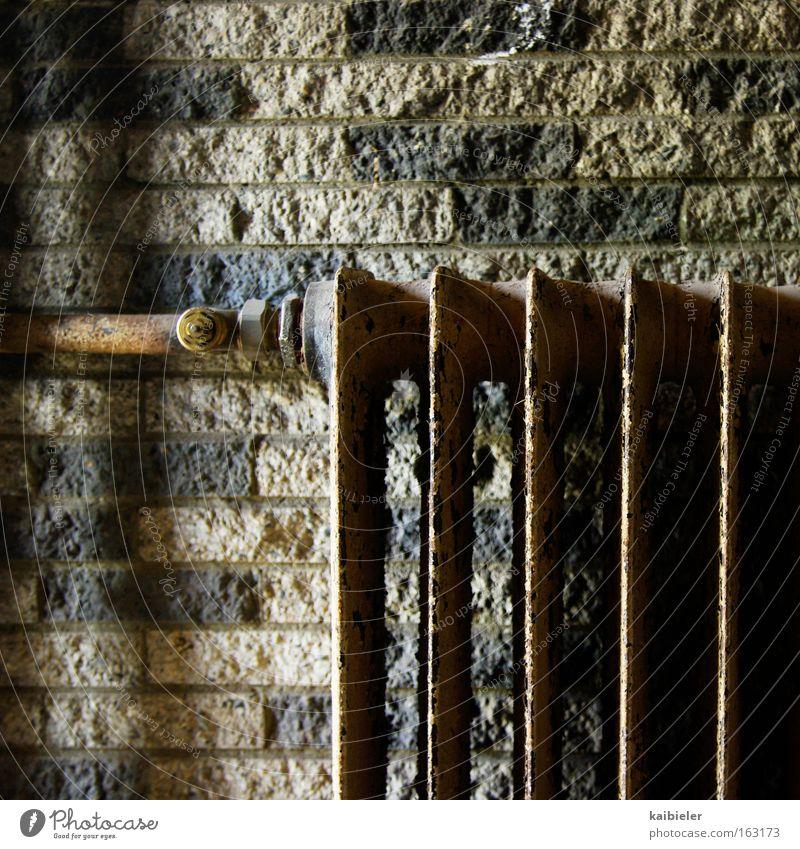 Energiesparprogramm Winter kalt Wand Gebäude Mauer Wohnung Energiewirtschaft kaputt Industrie Vergänglichkeit Vergangenheit Verfall Handwerk frieren Sonnenenergie Heizkörper