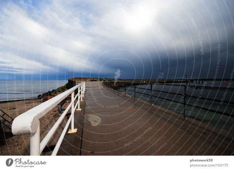 Gewitterfront Wetter Leuchtturm Meer Ostsee Travemünde Himmel maritim Ferien & Urlaub & Reisen Sturm Horizont dramatisch Wolken Strand Küste Mole lighthouse