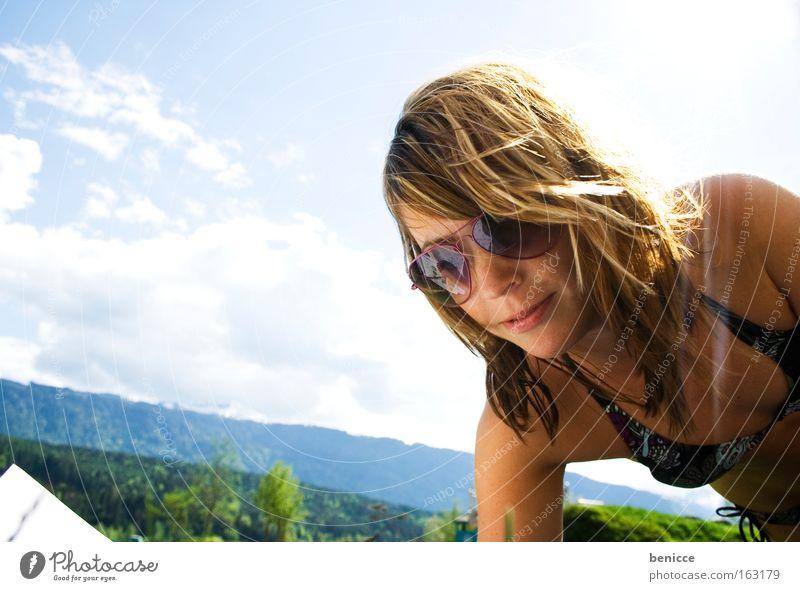 Ab in die Wiese Frau Jugendliche Sonne Ferien & Urlaub & Reisen Sommer Freude Berge u. Gebirge See liegen lesen Bikini Sonnenbrille Brille Mensch Badestelle