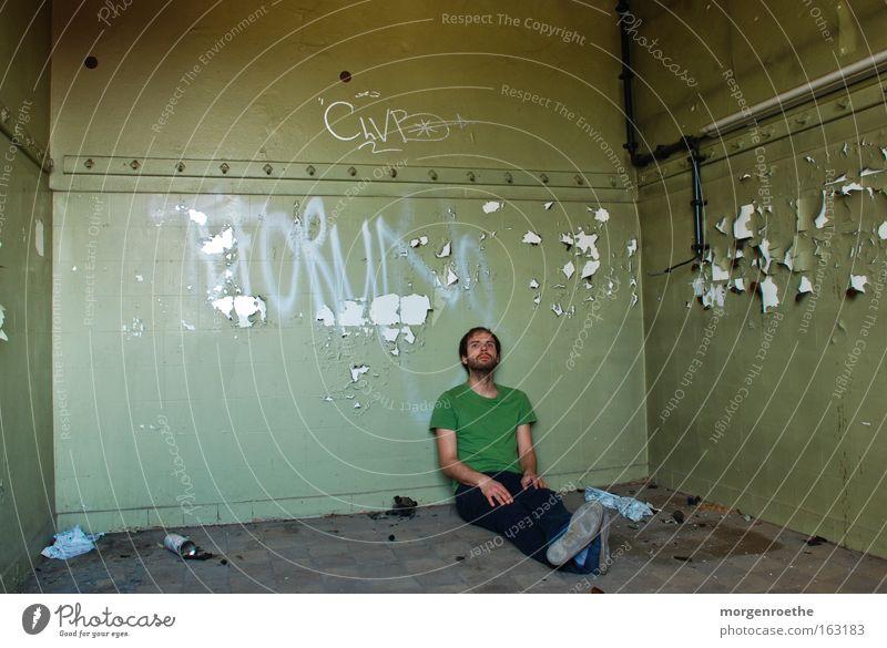 green room Mann alt grün Einsamkeit Graffiti Gebäude Raum verfallen Bart Eisenrohr Selbstportrait