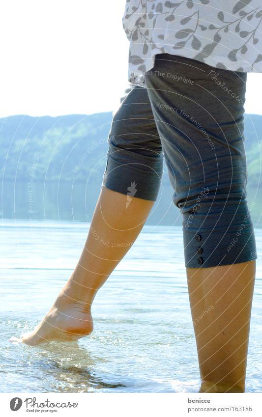 Hier kommt der Sommer Frau Beine Fuß Sonne Wasser See Gebirgssee Ferien & Urlaub & Reisen Frühling Kneipe Erholung Zufriedenheit Schwimmen & Baden Wärme Freude