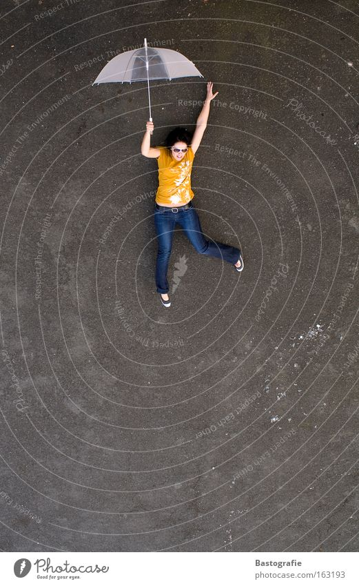 my dream ist to fly Frau Freude Straße springen Freiheit träumen Mensch fallen Regenschirm tief leicht Schweben Leichtigkeit Humor Abheben luftig