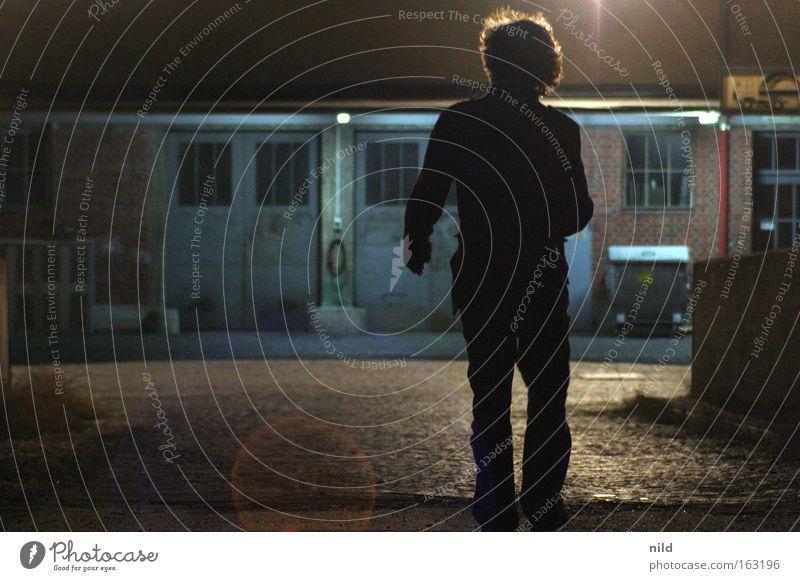 charakteristische bewegung Mann Einsamkeit dunkel Bewegung verfallen Alkoholisiert unterwegs Rock `n` Roll Gegenlicht Schlachthof Wuschelkopf