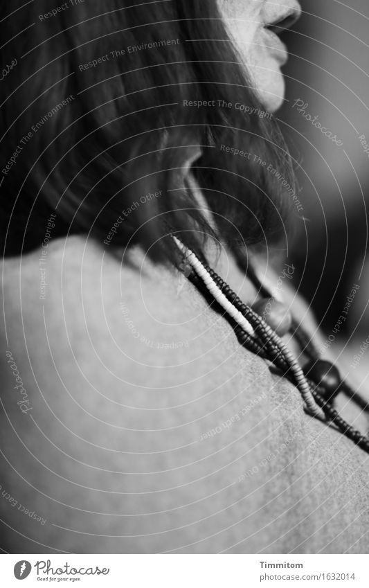 Lautäußerung. Mensch Frau Erwachsene Mund 1 Schmuck Haare & Frisuren Kommunizieren sitzen sprechen grau schwarz Halskette ruhig Schwarzweißfoto Innenaufnahme