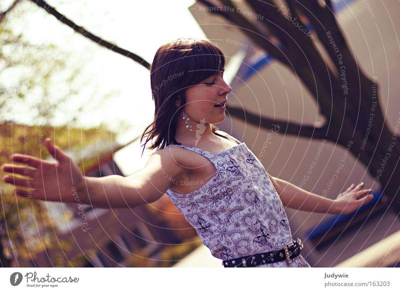 Balance Farbfoto Außenaufnahme Porträt Blick nach unten Freude Zufriedenheit Spielen Sommer Frau Erwachsene Jugendliche Tänzer Balletttänzer Frühling Spielplatz